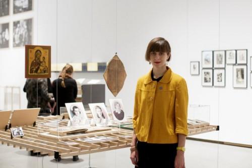 """Māksliniece Viktorija Eksta pie darba """"Maksima Belogrudova mantojums"""", 2017."""