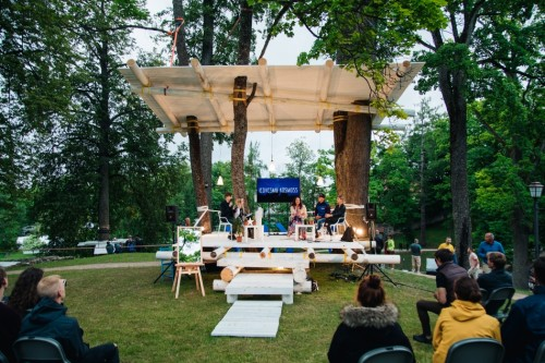 Platformas kokos Sarunu festivālā 'Lampa'