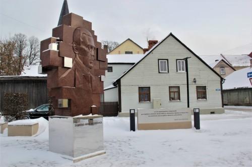 Skvēra pārbūve Tukumā un Zigfrīda Annas Meierovica piemineklis